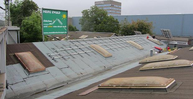 Ein Dach und ein Heinz Ewald Plakat im Hintergrund
