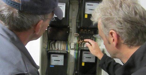 Ein Stromzähler wird geprüft