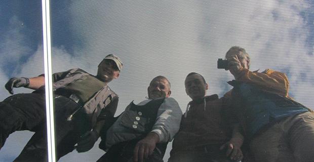 Das Ewald Bedachungen Team gespiegelt in einer Solarzelle