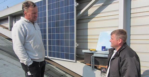 Zwei Personen reden auf einem Solardach