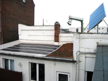 Ein Dach mit Solarzellen