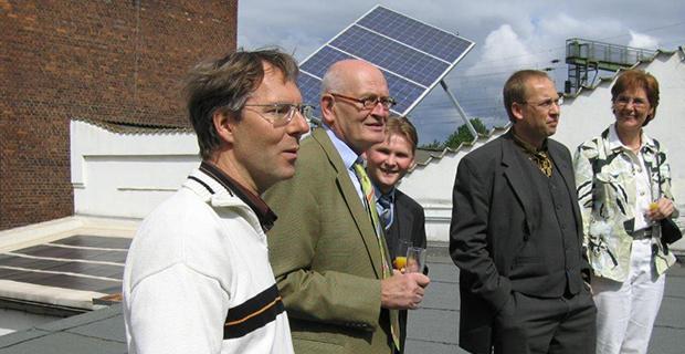 Herr Ewald präsentiert ein fertiges Solardach