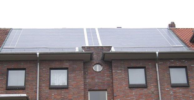 Nahaufname von Solarzellen auf einem großen Haus