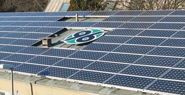 Ein Solardach mit einem großen Hannover 96 Logo