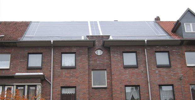 Solarzellen auf einem großen Haus