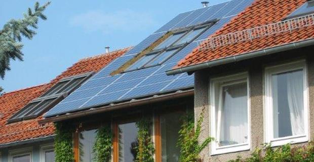 Ein Solardach auf einem mit Efeu bewachsenem Haus