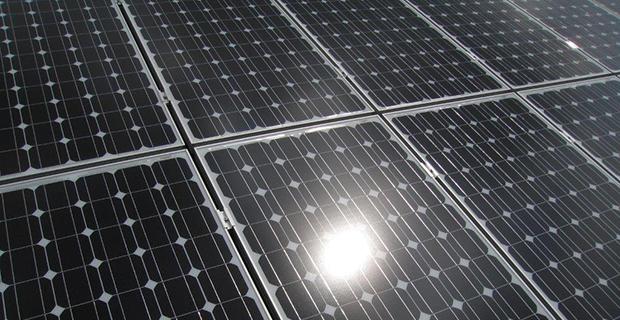 Eine Nahaufnahme eines Solardaches