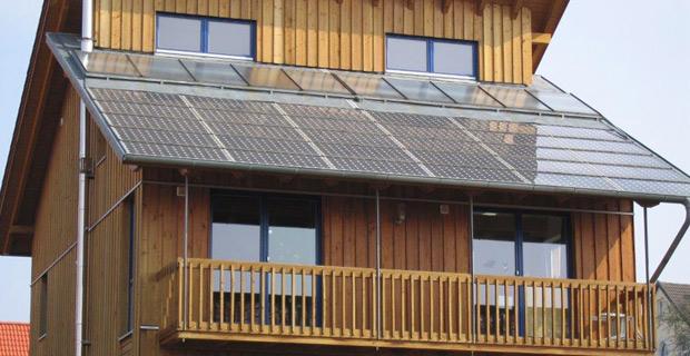 Ein Solarvordach für ein hölzernes Haus