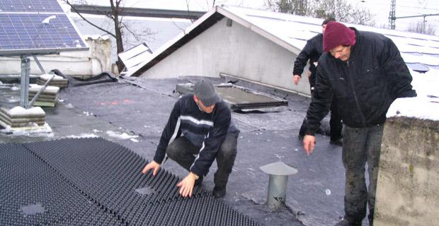 Ein Dach wird für die Begrünung vorbereitet