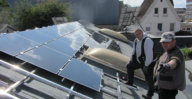 Die Anbringung von Solarzellen wird besprochen