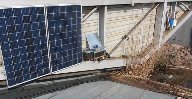 Solarzellen an einer Wand