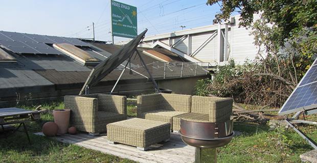 Korbmöbel auf einem begrünten Dach