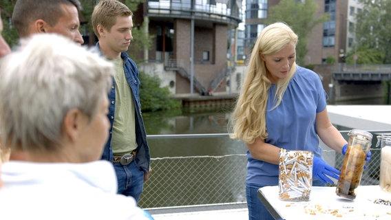 Schocktherapie: Kardiologin Melanie Hümmelgen demonstriert die Wirkung von Zigaretten mithilfe einer Watte-Lunge. © NDR/nonfictionplanet