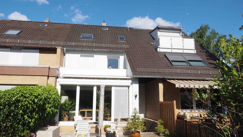 Außenansicht eines Hauses an einem sonnigen Tag