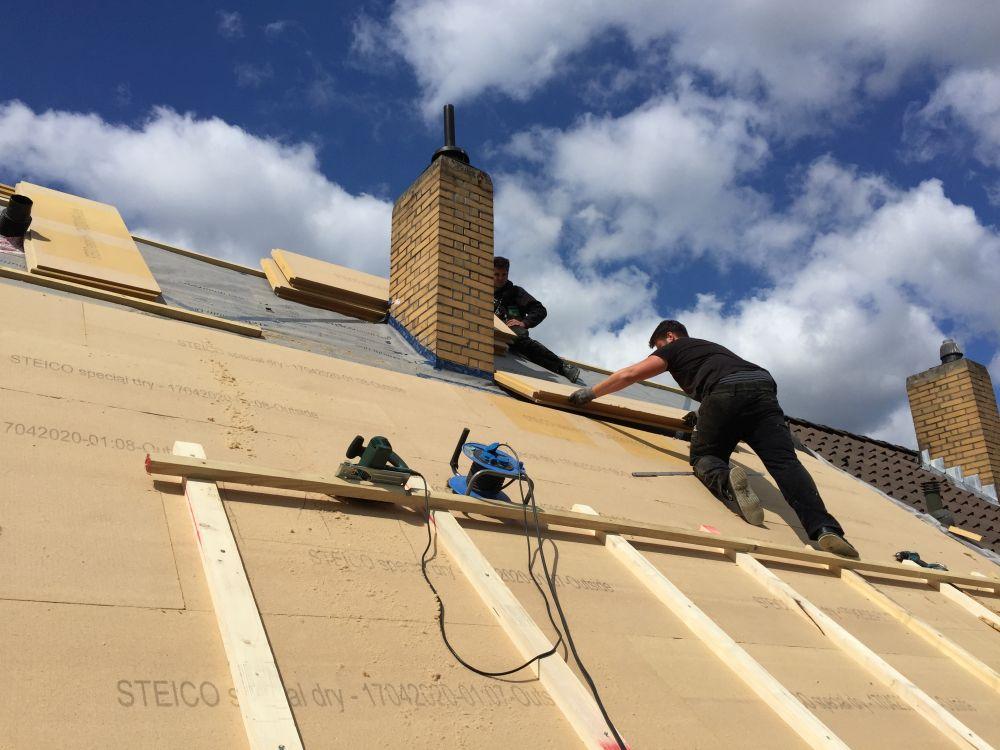 Dachdeckerteam bei der Arbeit